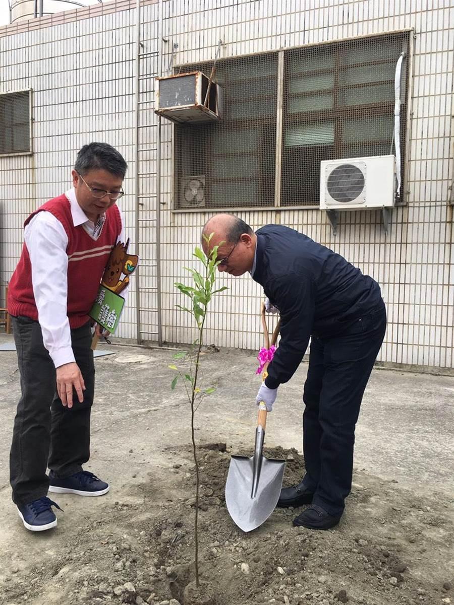 台中市議長張清照挽袖植樹,並呼籲民眾多種樹,讓家園更美好。(陳淑娥攝)