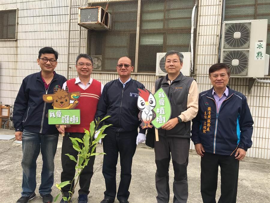 台中清海國中舉辦植樹活動,台中市議長張清照贊助部分經費。(陳淑娥攝)