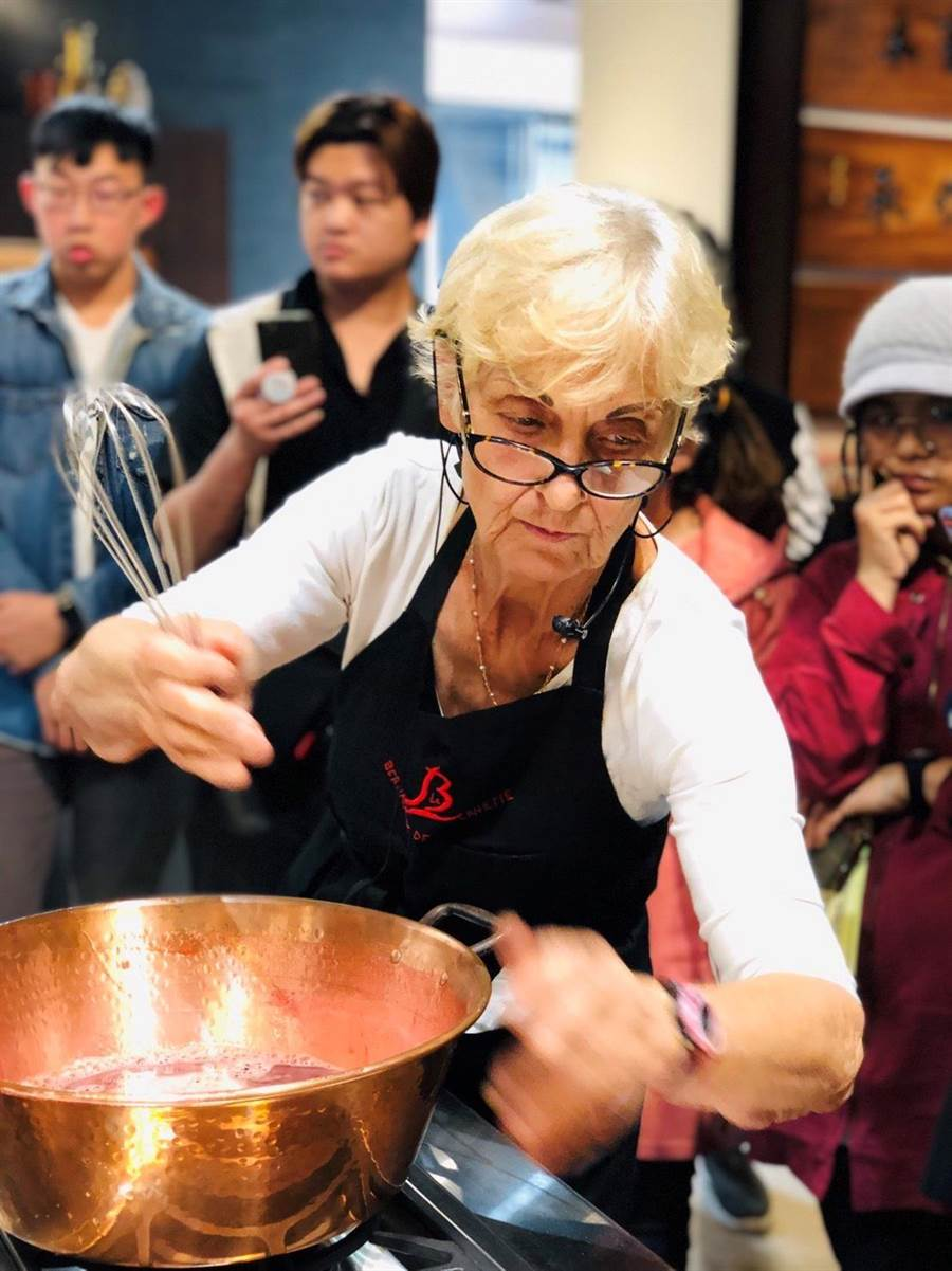 法國紅島BDL果醬創辦人Brigitte,大方分享創作與經營經驗,並發揮果醬製作專業,為果農研發秘密配方。(何冠嫻翻攝)