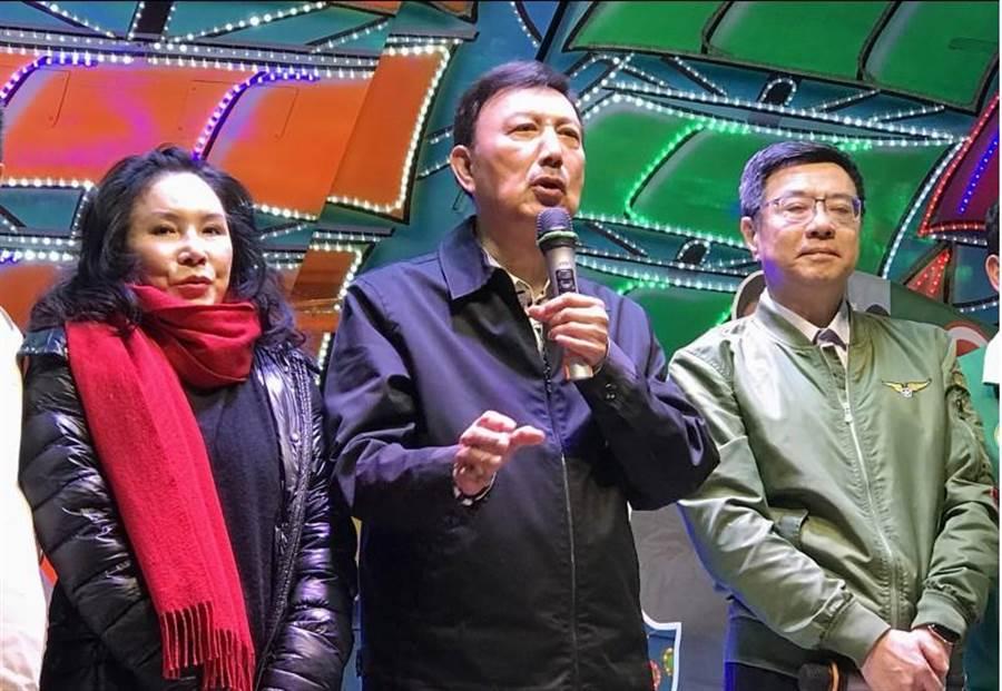 民進黨候選人余天(中)與黨主席卓榮泰(右)、妻子李亞萍(左)等人一同上台,自行宣布當選。(中央社)
