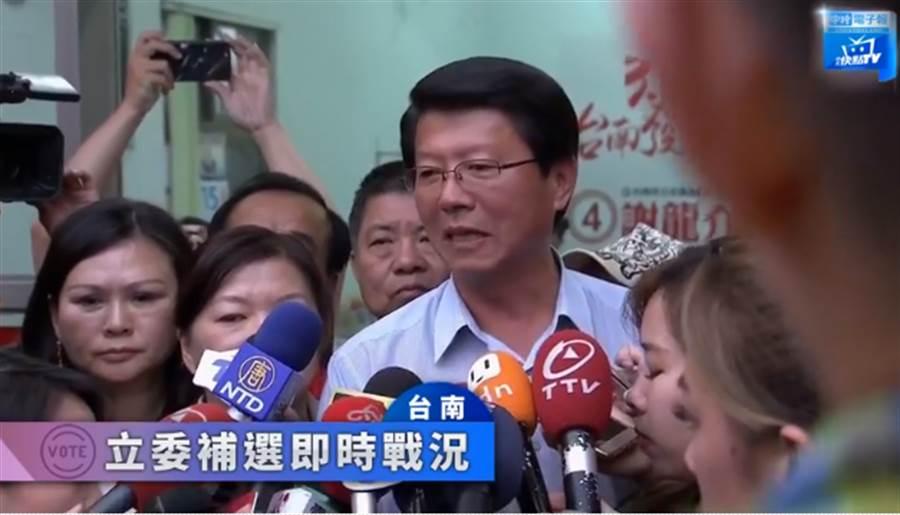 得知立委補選落選,謝龍介在競選總部發表感言。(圖/中天)