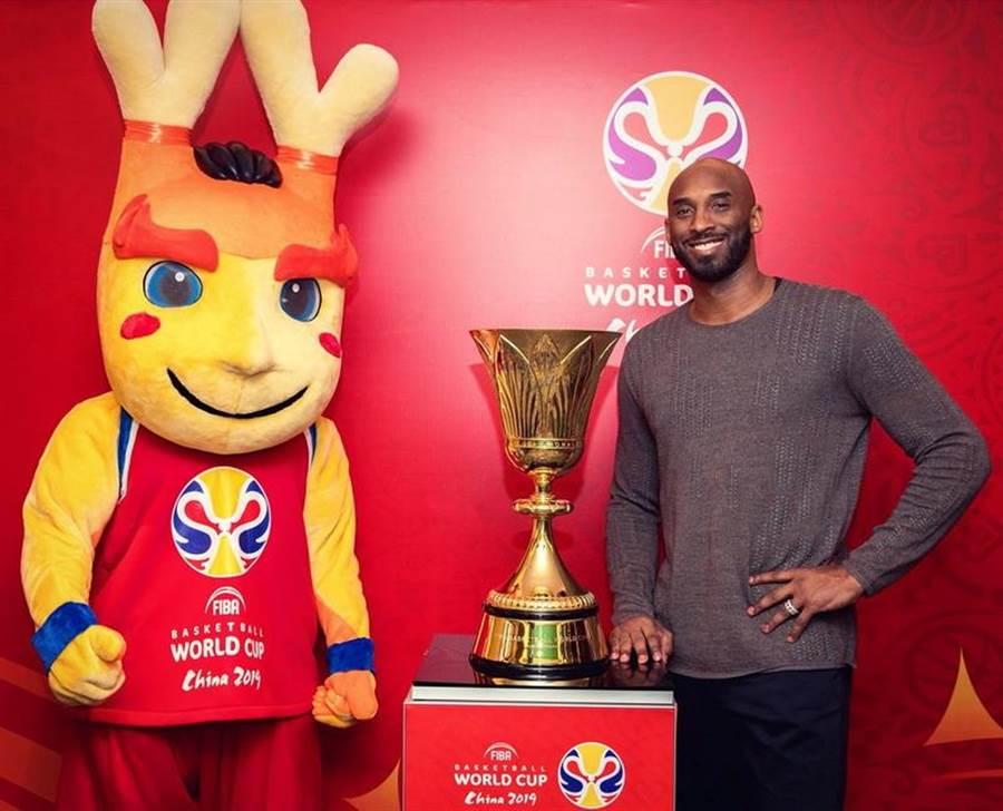 布萊恩跟這次男籃世界盃冠軍獎盃合影。(取自Basketball World Cup官推)