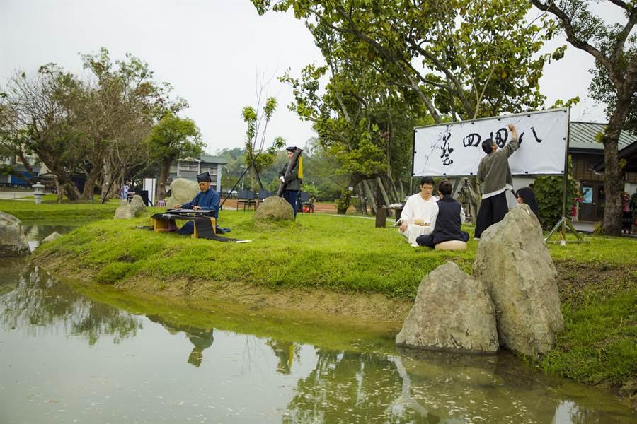 以日本兼六園為設計藍圖,八田與一紀念園區戶外園區景觀「台灣珊瑚苑」改造完工,有山石、小橋、流水外,更將烏山頭水庫「特色天井」縮小呈現於庭院水景之中。(劉秀芬翻攝)