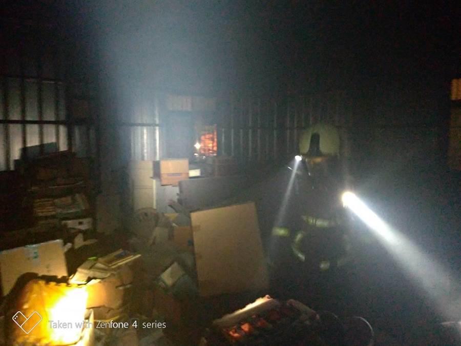 民宅竄火舌,消防人員入內搶救。(陳淑娥翻攝)