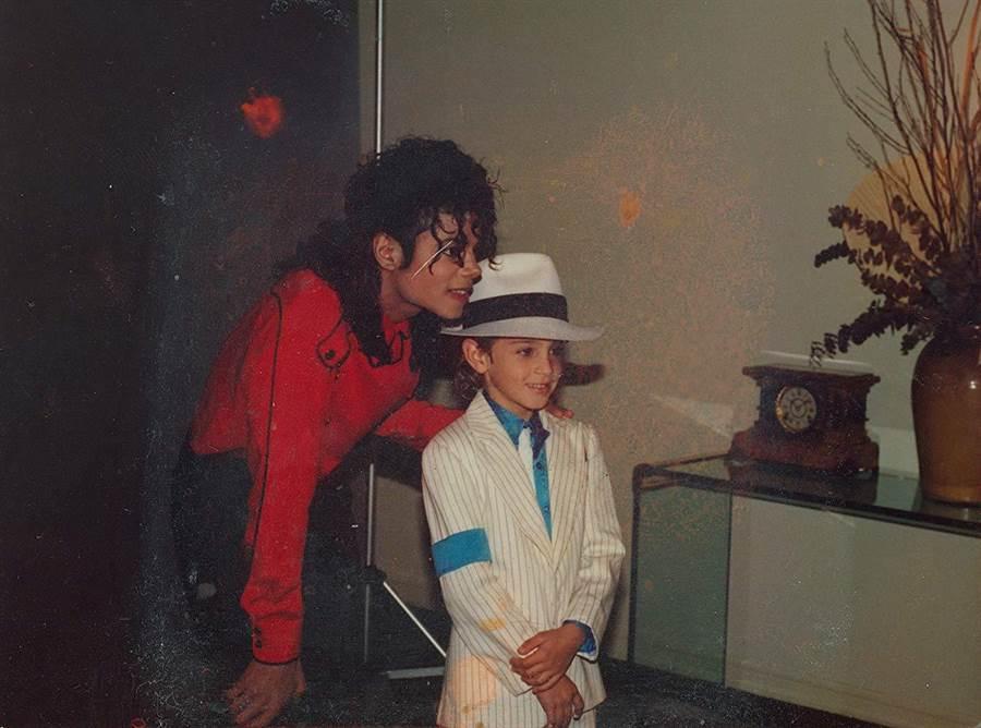 麥可非常喜歡孩子,身邊也圍繞不少懷有明星夢的少年。(取材自IMDB)