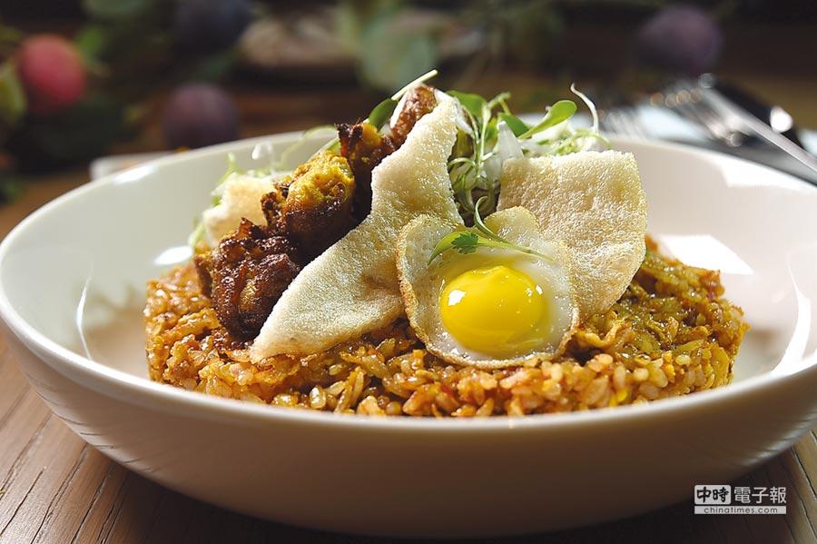 中山逸林酒店總經理強烈推介的〈印尼炒飯〉,主廚將桑巴辣醬融入在炒飯中,每一粒米都吃得到微辣口感,同時以炸、烤兩種手法呈現變化版的沙嗲雞腿。圖/姚舜
