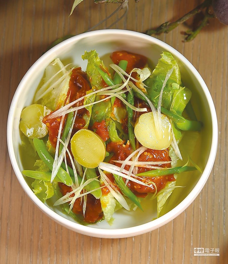 〈綠沙拉,洋芋,自製番茄醬汁〉的番茄醬,是主廚以聖女小番茄慢慢熬煮而成,酸甜滋味、風味濃郁,口感卻很清爽。圖/姚舜