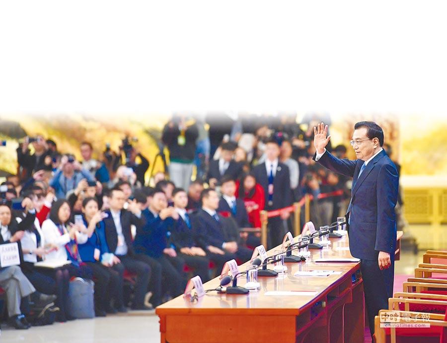 大陸國務院總理李克強,15日在北京人民大會堂會見採訪十三屆全國人大二次會議的中外記者並回答提問。記者會破天荒創下2小時35分的紀錄。(新華社)