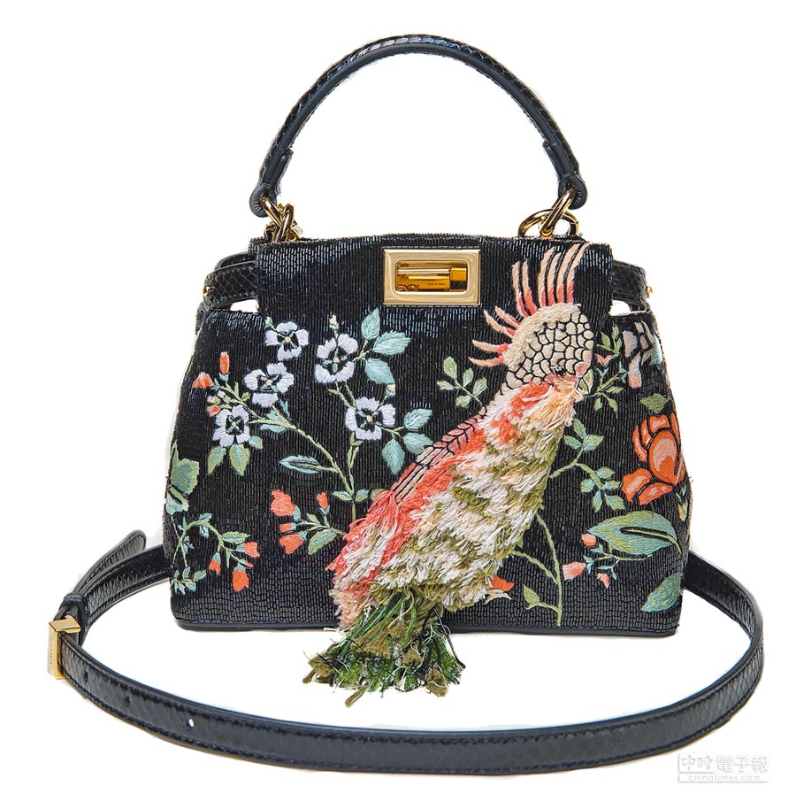 FENDI Peekaboo春夏刺繡包,33萬5000元。(FENDI提供)