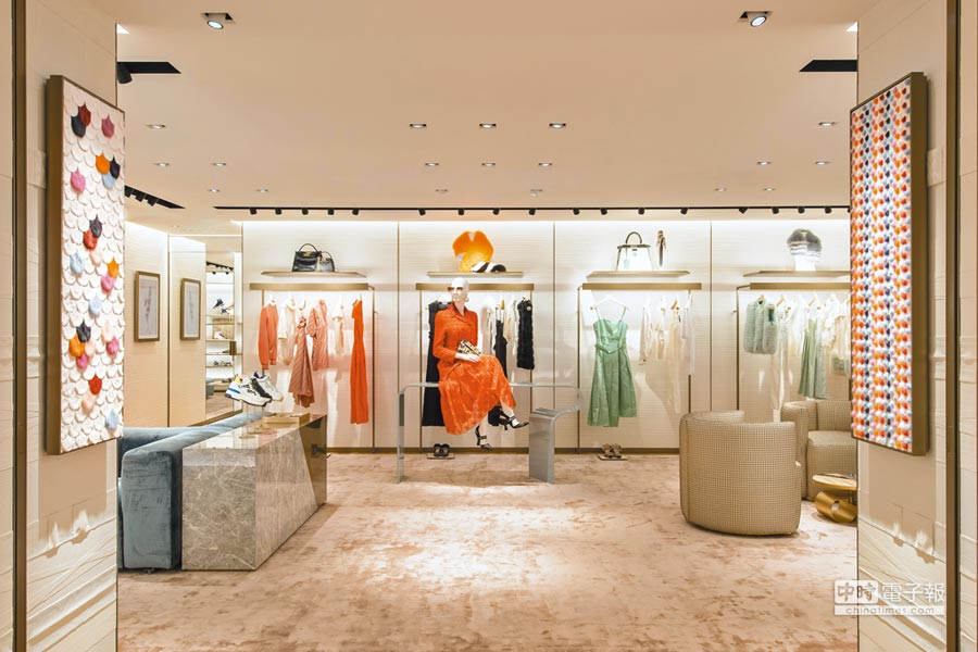 FENDI精品店首度引進女裝,包括服飾、皮草、皮件和鞋履。(FENDI提供)