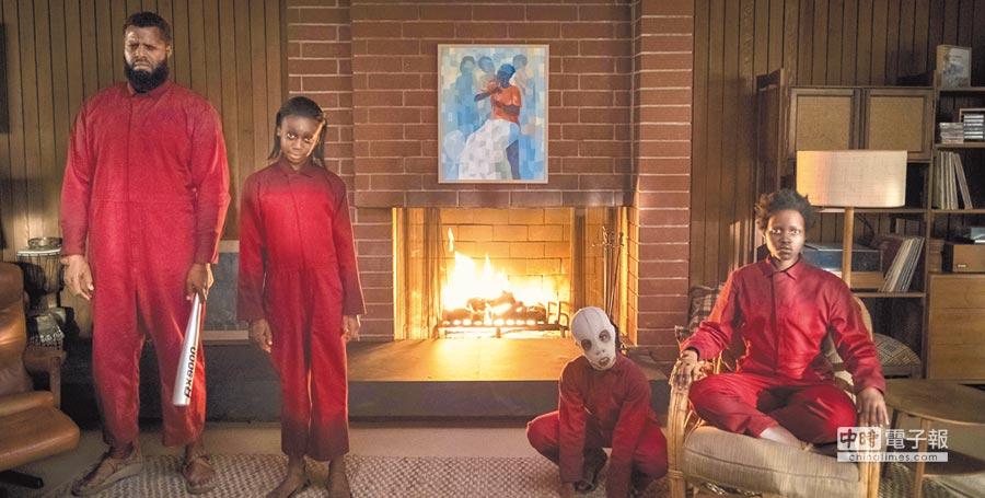 電影中和樂一家人其實有「邪惡版分身」,即為穿上紅衣的不明人士。(UIP提供)