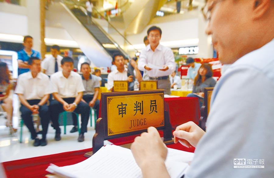 濟南曾有法官在商場內「開庭」,審理一起消費者狀告銷售商的案件。(新華社資料照片)