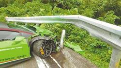 小牛自撞全毀 休旅車被撞進烤鴨店