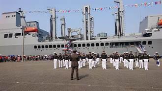 敦睦艦隊抵台南  數千民眾排隊上船