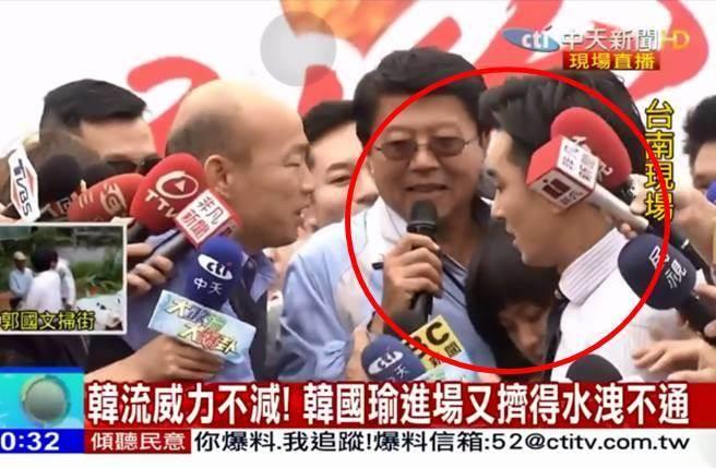王又正和女記者為了採訪謝龍介激烈推擠。(圖/翻攝自王又正臉書)