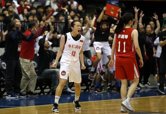 永仁高中林佳蓉拿下全場最高的28分,終場前在三分線外出手卻打中籃板,只能眼看南山高中封后。(李弘斌攝)
