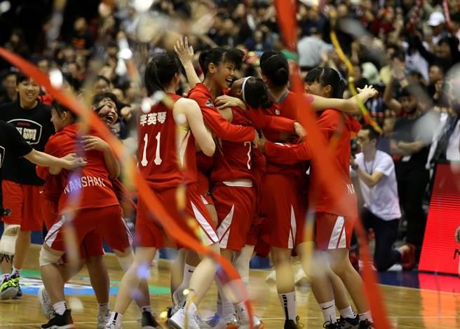 南山高中氣走永仁高中,贏得隊史第2座HBL冠軍,賽後全隊在場內擁抱慶祝。(李弘斌攝)