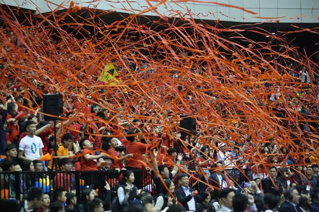 南山高中勇奪HBL女子組冠軍,球迷在比賽獲勝時拋下紅色彩帶。(李弘斌攝)