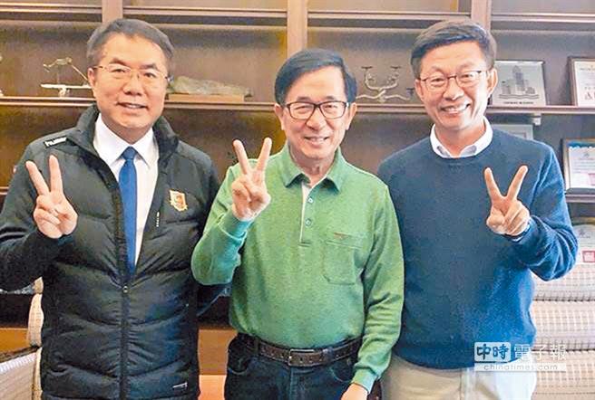 前總統陳水扁(中)在表態支持郭國文(右)後,讓綠營成功操作棄保,是郭險勝立委補選的大功臣。(陳致中服務處提供)