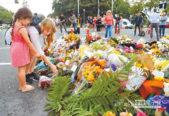 紐西蘭基督城15日發生清真寺槍擊慘案,造成至少49人喪生。當地許多民眾16日前往被攻擊的兩座清真寺中傷亡最慘重的努爾清真寺外獻花,哀悼死難者。 (路透)