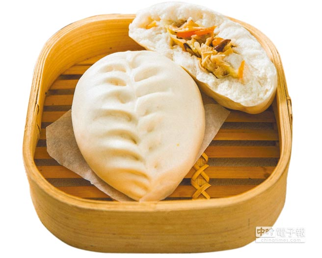 新北市土城區延吉街的「京采『蠻』頭包子店」,高麗菜包以葉子造型外觀為特色,是素食者的最愛。(譚宇哲翻攝)