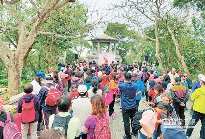 新竹市政府16日特別在十八尖山與高峰植物園舉辦「2019賞花季拜訪春天健行趣」活動,吸引超過3000位民眾參加。(陳育賢攝)