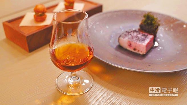 波本威士忌搭熟成豬肉,將波本桶的特色與肉質的香味結合,意外得到1加1大於2的效果。圖片提供各品牌