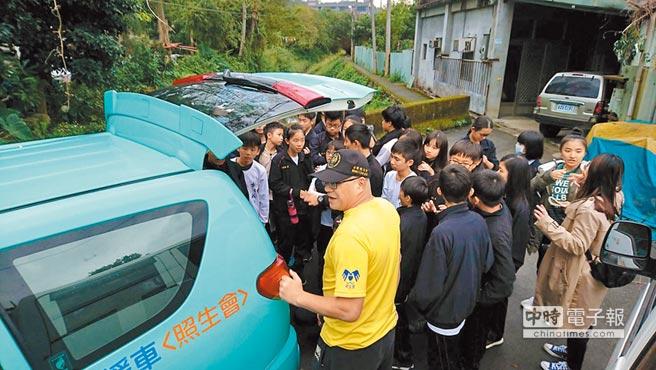 大專院校學生參加愛護動物生命教育宣導並參觀新北市三峽區介壽路的照生園區。圖片提供台灣照顧生命協會
