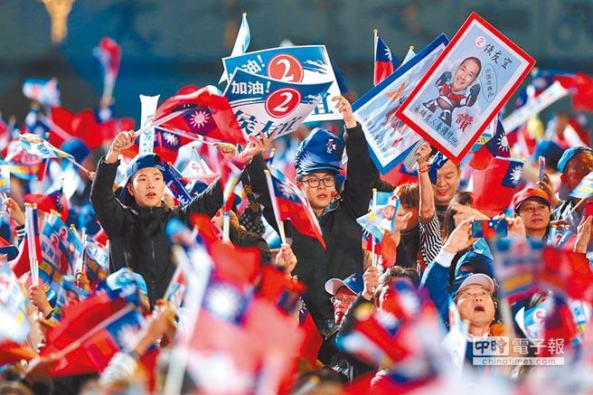 九合一大選後,選民重視經濟議題的程度遠高於意識形態,圖為2018年11月23日侯友宜選前之夜。(本報系資料照片)