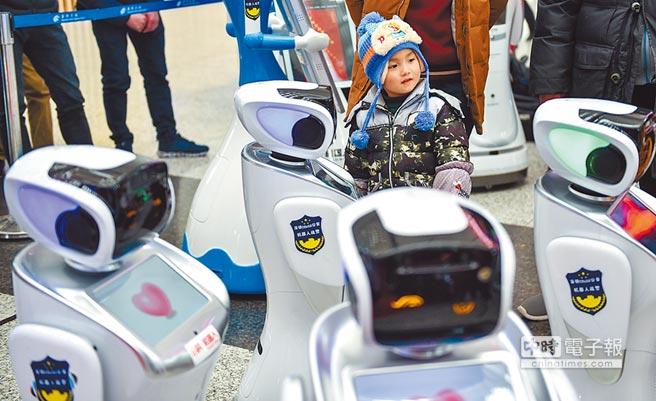 一名小朋友與警用機器人互動。(新華社資料照片)