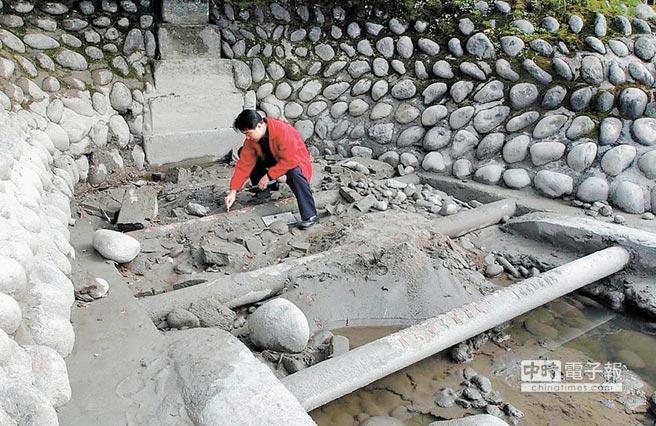 都江堰河床四根臥鐵露出。(新華社資料照片)