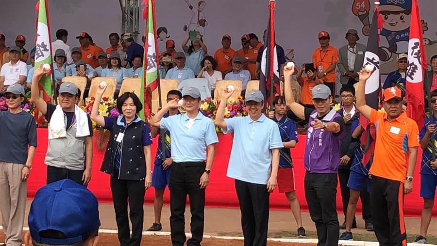 第54屆六堆運動會16日在內埔國中盛大開幕,不僅來自高、屏兩地六堆鄉區的選手齊聚一堂,副總統陳建仁(右三)也特別南下為一年一度的六堆運動會加油打氣。(謝佳潾攝)