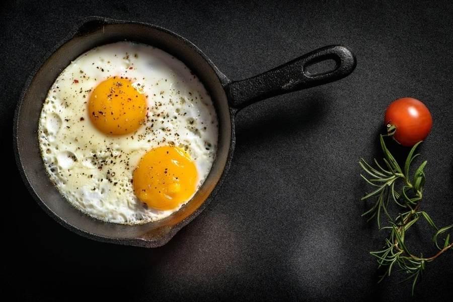 美國研究指出,1天吃2顆蛋的民眾,罹患心血管疾病的風險會增加27%。(達志影像/shutterstock)