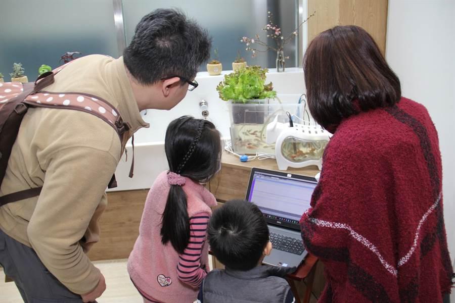 華砇課程著重奠定孩子未來三語力,透過中文、英語、程式三種語言接軌國際,掌握未來AI數位運用。(華砇國際數位實驗教育機構提供)