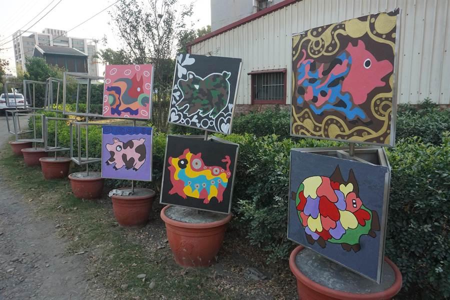 新市社內社區發展協會指導長者依當年生肖創作版畫,今年手繪出一幅幅極具特色的豬年版畫,除了在新市車站、區公所等地展出,也有人出高價收購。(李其樺攝)