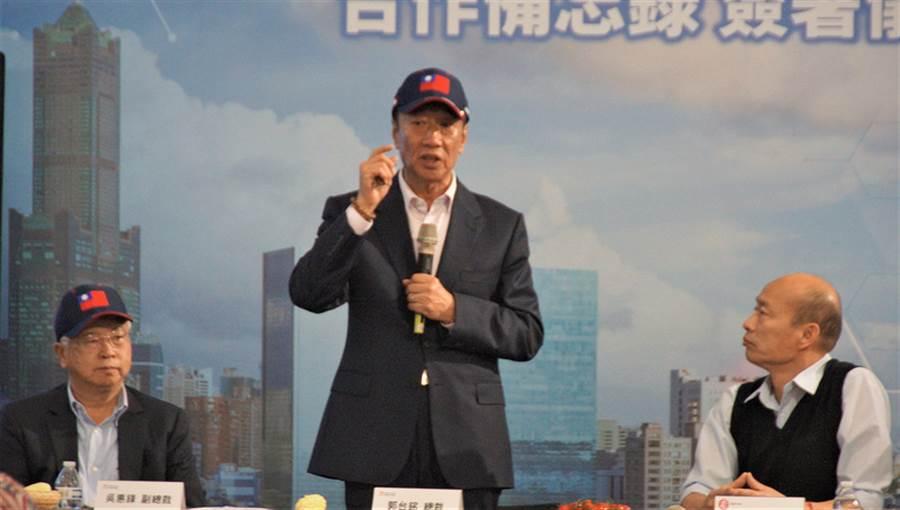 鴻海集團董事長郭台銘(中)17日與高雄市長韓國瑜(右)簽署合作備忘錄。(中央社)