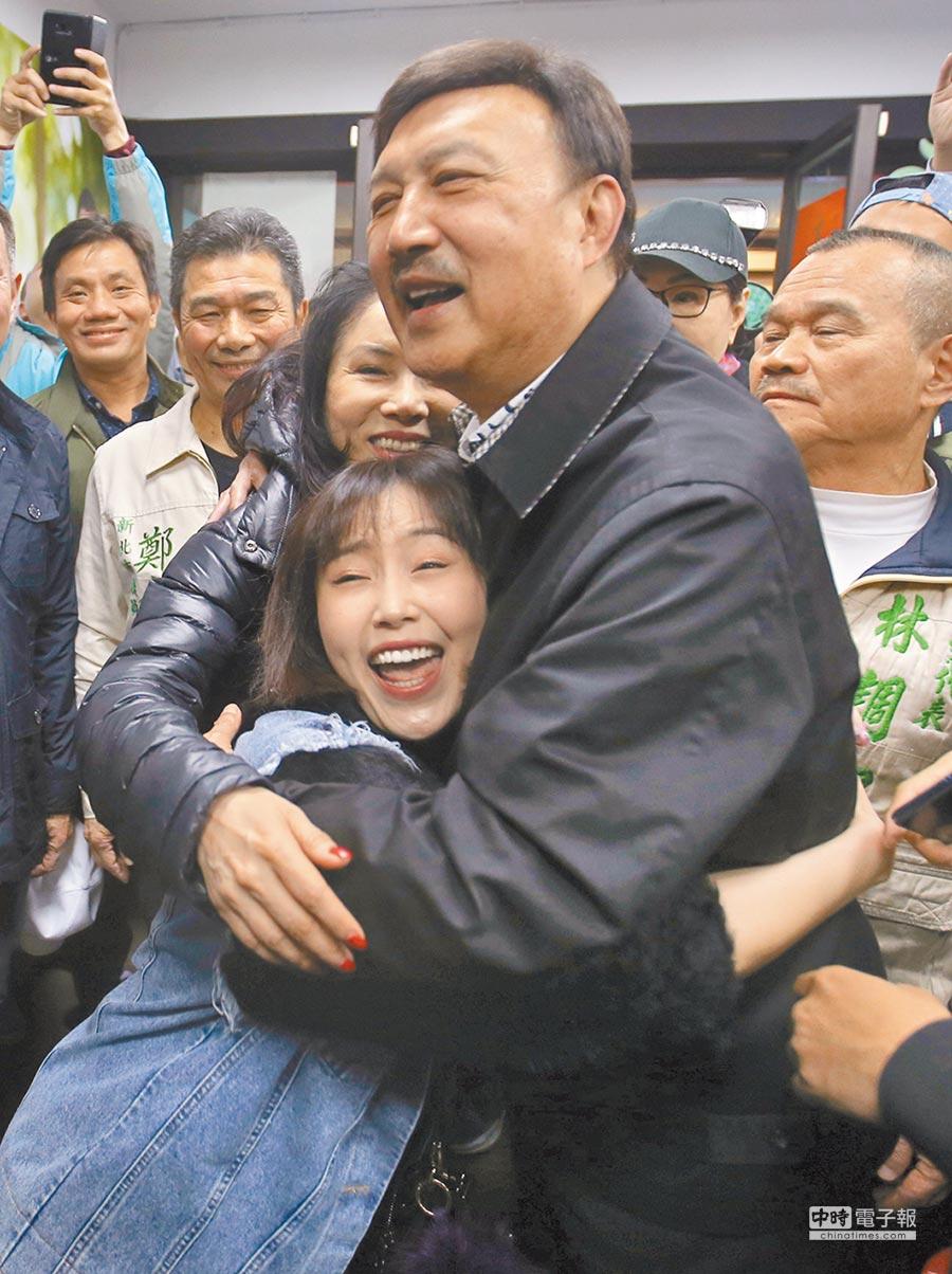 余天(右)擊敗鄭世維當選,他在步入競選總部時與妻子李亞萍及女兒余筱萍擁抱慶祝。(陳君瑋攝)