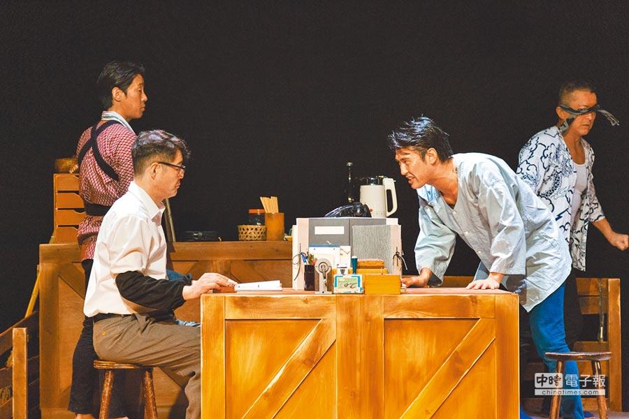 在日本劇場界頗為火紅的「52PRO」劇團,演員皆為40歲以上大叔,演出以展現大叔的粗曠魅力為一大特色。這回來台演出新作《阿波之音》,故事描述日本伐木業衰退,人們如何透過傳統舞蹈阿波舞,延續舊時生活的文化和精神。(華山1914文創園區提供)
