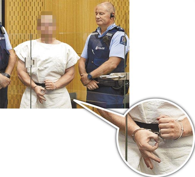 恐攻案主嫌、28歲澳洲籍槍手塔蘭特即便戴上手銬,仍擺出「白人至上」手勢。(法新社)