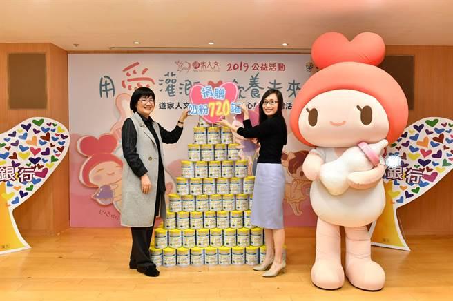道家人文協會理事長張旖、社會局局長張錦麗親臨現場,致贈奶粉幫助弱勢家庭。(圖片提供/道家人文協會)