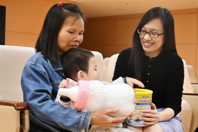 道家人文協會幫助弱勢兒童,整年送出720罐奶粉。(圖片提供/道家人文協會)