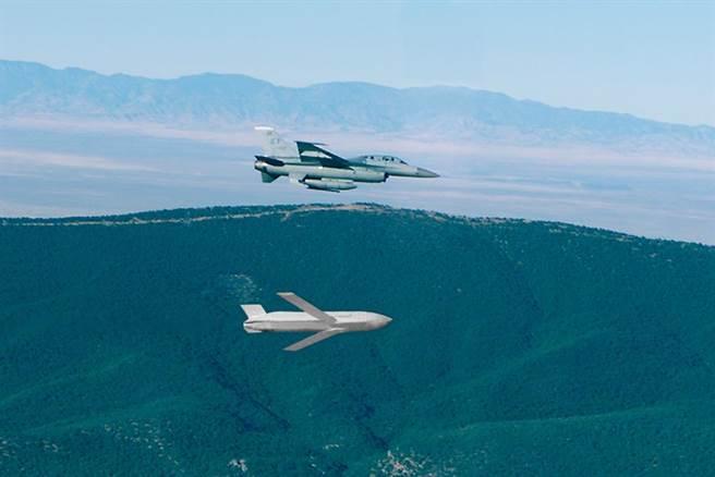 日本現在擁有的聯合空對地距外導彈JASSM由洛馬公司生產,可以從多種平台上發射,包括B-1B與B-2轟炸機,或是F-16與F-15戰機。圖為F-16發射的JASSM。(圖/洛馬公司)