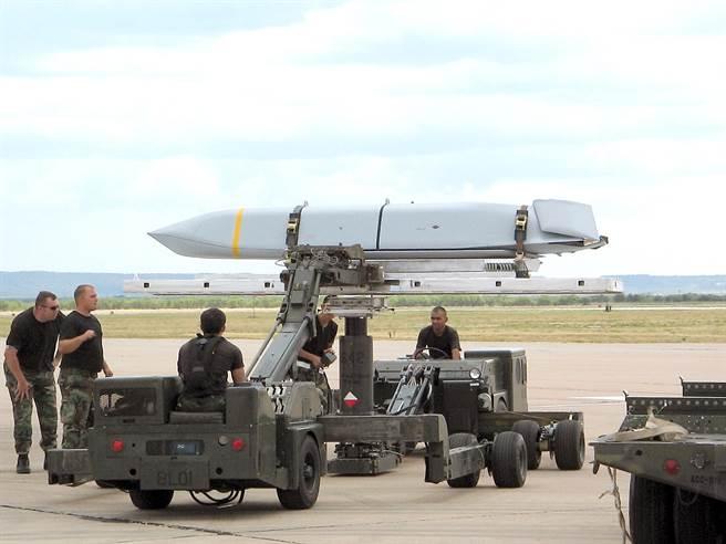 空射型聯合距外導彈重量超過1噸,具有相當程度的匿縱性,可用多種平台發射。圖中美軍正準備將安裝到B-1B轟炸機上。(圖/美國空軍)
