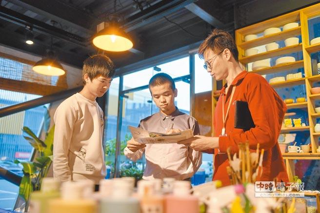 蔡政府正嚴查台青赴陸工作。圖為台青(右)在福州市台青創業就業基地和同事討論產品策劃方案。(新華社資料照片)