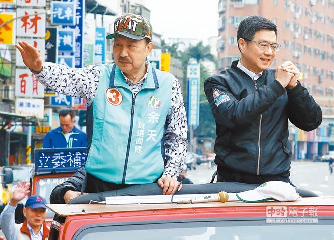 3月17日,民進黨主席卓榮泰(右)陪同新北市三重區立委當選人余天(左)以車隊掃街謝票。(本報系記者劉宗龍攝)