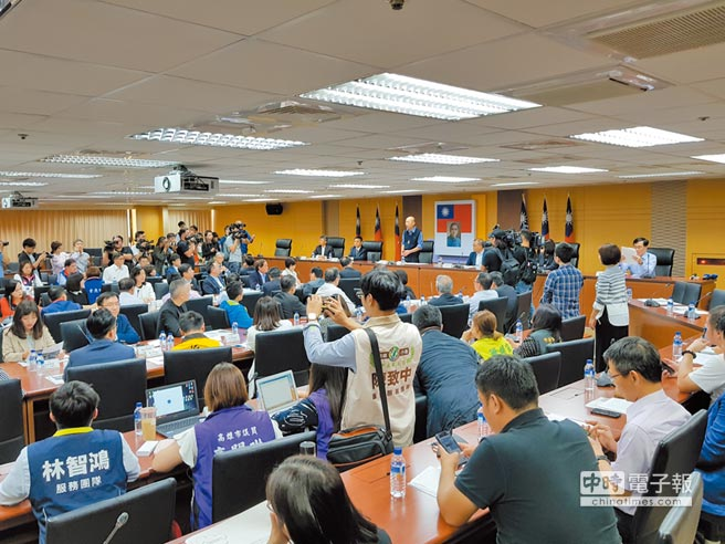 蔡政府表示,政黨到大陸談兩制恐被解散。圖為3月4日,高雄市長韓國瑜主持第一次兩岸工作小組會議。(本報系資料照片)