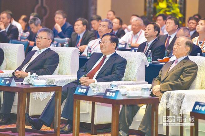 2018年9月20日,海峽科技論壇在海南海口開幕。中國科學技術協會主席萬鋼(左),台灣新黨主席郁慕明(右)等出席開幕式。(中新社)