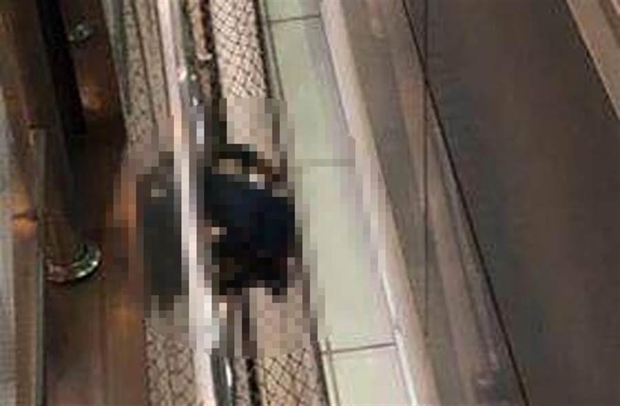 桃園機場二廈驚傳墜樓,有1男1女墜樓堆疊在一起。(圖取自「爆料公社」)