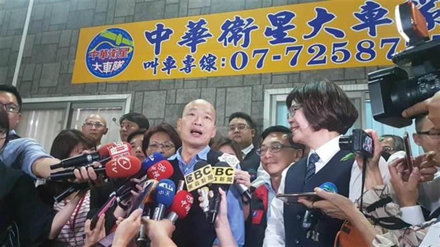 高雄市長韓國瑜(中)為了解各行各業的辛勞,每月一夜宿,5日晚上他就住在運將家。(本報資料照片)