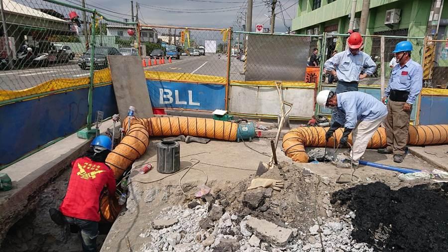 3月8日當場開挖,才發現地下箱涵中竟包藏11條工業管線,與高雄石化氣爆肇因如出一轍。(林宏聰翻攝)
